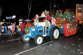 13 Tractor Fordson Super Dexta y remolque lleno de regalos